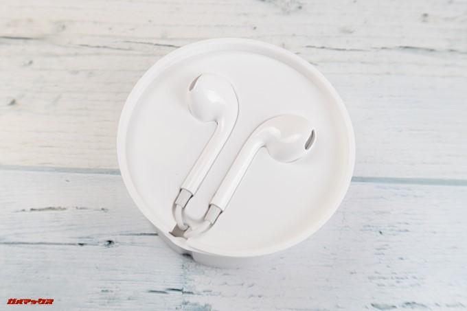 OPPO R11sにはイヤホンも付属しています。iPhoneに付属しているイヤホンに激似です。