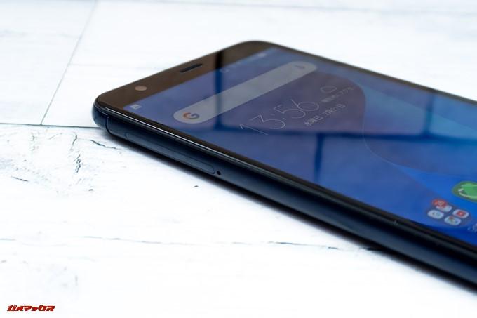 ZenFone Max Plus (M1)の画面左側面にはトリプルスロットが備わっています
