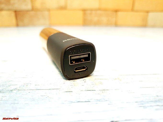 LIP-MAXの底にはスマホを充電するためのUSB-A、LIP-MAX自体を充電するためのMicroUSB端子が備わっています!