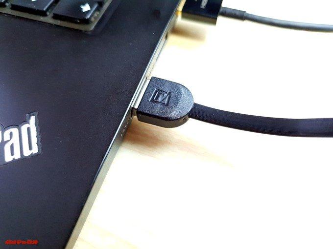 通常のストレートケーブルは挿し込むとケーブルの向き的に邪魔