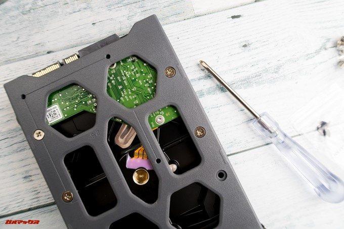 TerraMaster F2-220のHDDトレイはネジ止め式です。