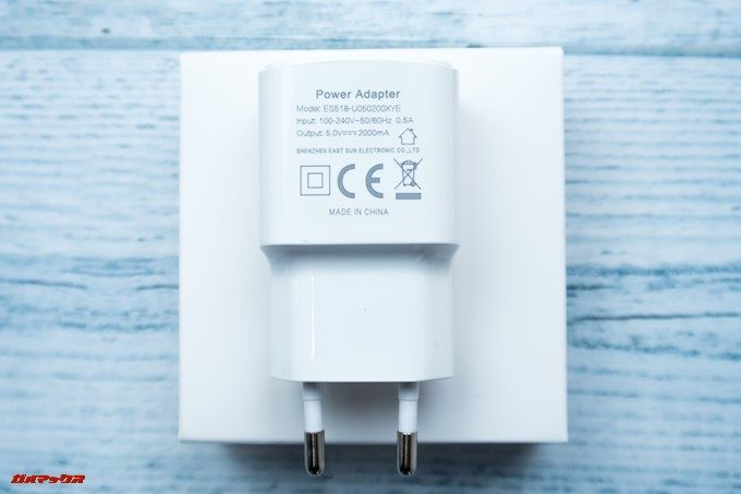 KOOLNEE K1 Trioに付属の充電器は5V2Aで一般的な急速充電器です。