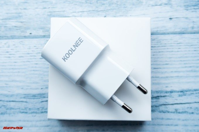 KOOLNEE K1 Trioに付属の充電器は日本のコンセントには挿せない形状です。
