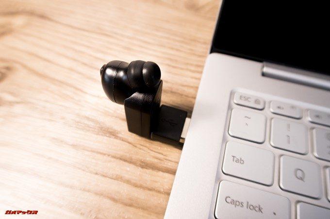 SoundPEATS D6のチャージャーはL字に折れ曲がるのでPCのUSBポートにも差し込んで利用できます。