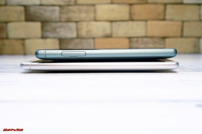 画面左側面はXperia XZ2 CompactのみSIMトレイがこの位置に備わってます。