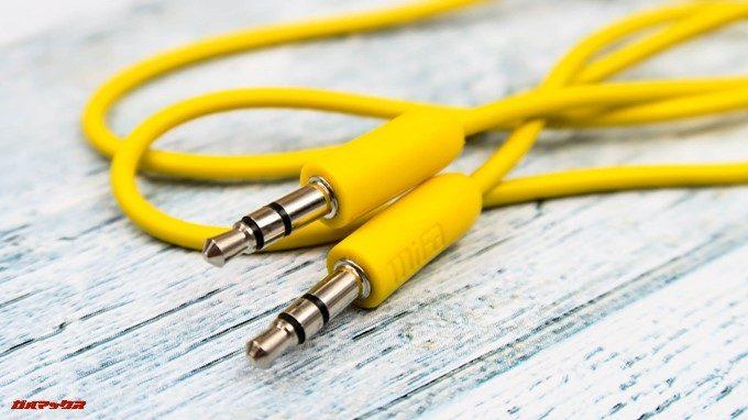 MIFA A1には有線接続用のケーブルも付属しています。