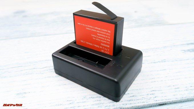 TEC.BEAN T3には2つのバッテリーを同時充電できる充電台が付属しています。