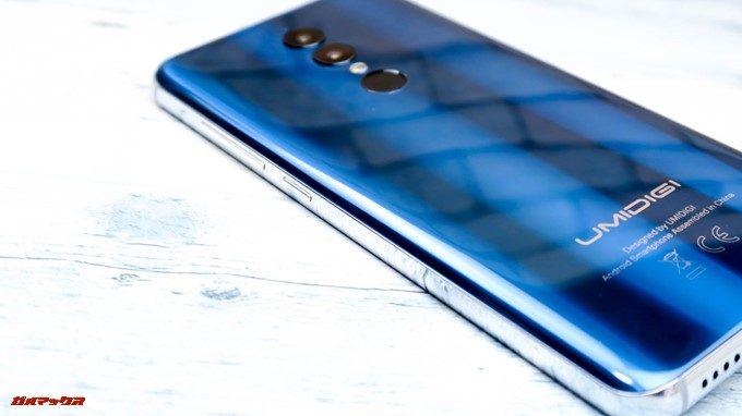 UMIDIGI A1 Proの本体はシルバーのサイドカラーもブルーカラーと相性が良いです。
