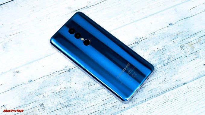 UMIDIGI A1 Proは背面のグラデーションが美しく、光の当たり具合で表情が変わります。
