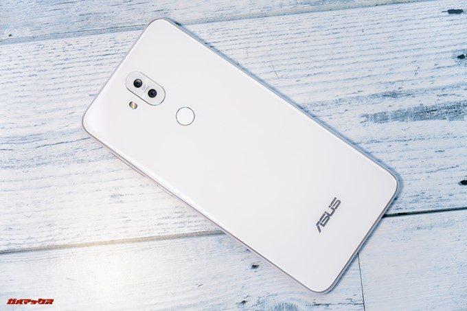 ZenFone 5Q/lite/Selfie(ZC600KL)の背面は光沢のある艷やかなボディーです。
