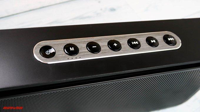 DOSS Sound Box XLの操作ボタンは物理ボタンでサイズが大きいので非常に操作性が良いです。