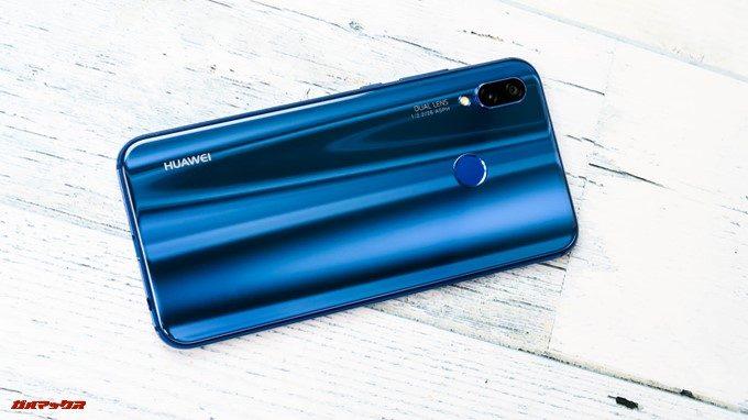 Huawei P20 liteの背面は光の当たり具合で表情を変える美しい背面でした。