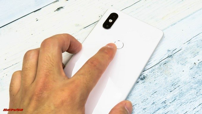 Xiaomi Mi Mix 2Sの指紋認証ユニットは背面に備わっており、ポケットから取り出しながら操作しやすいです。