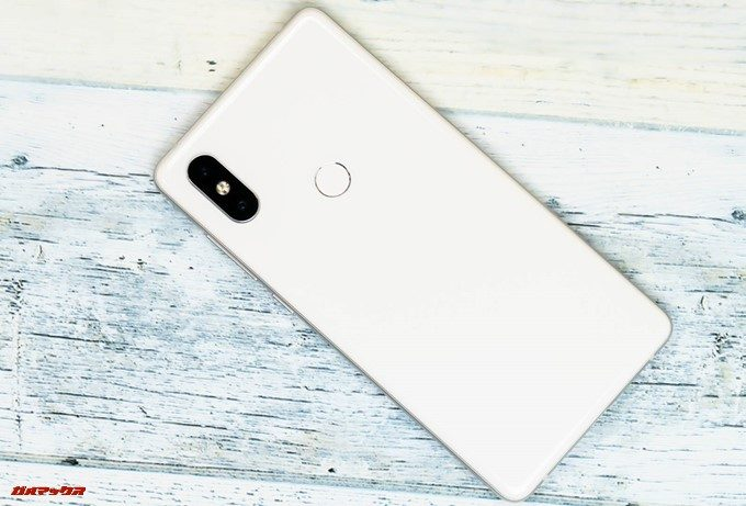 Xiaomi Mi Mix 2Sの背面はガラスコーティングでホワイトは指紋の付着が目立ちません