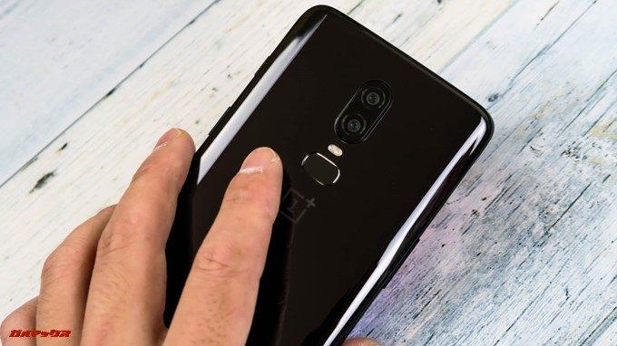 OnePlus 6の背面の上部中央にはタッチ式の指紋認証ユニットが備わっています。