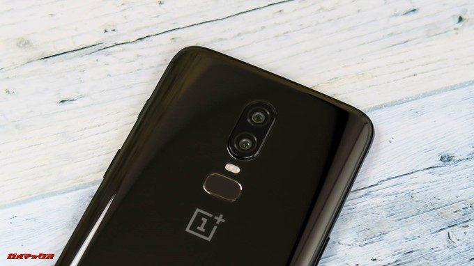 OnePlus 6のカメラは背面上部中央に縦に2つのレンズが並ぶデザインです。