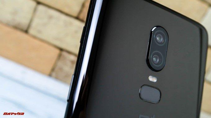 OnePlus 6はカメラが1mmほど出っ張っています。