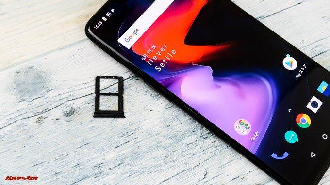 OnePlus 6のSIMトレイはSIMピンで取り外すタイプです。