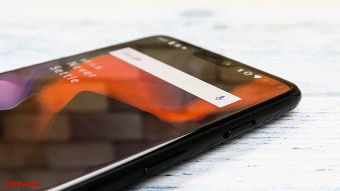 OnePlus 6は本体の右側面の上から3段トグルスライダー、続いて電源ボタンが備わっています。