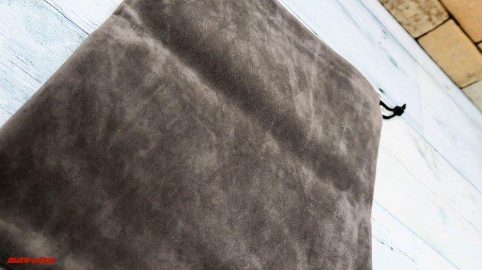 Mpow H5に付属するポーチはベロア素材で手触りも良いです。