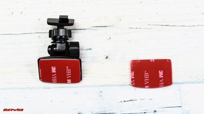GoSafe S36G1に付属のブラケットは粘着テープで固定するタイプです。