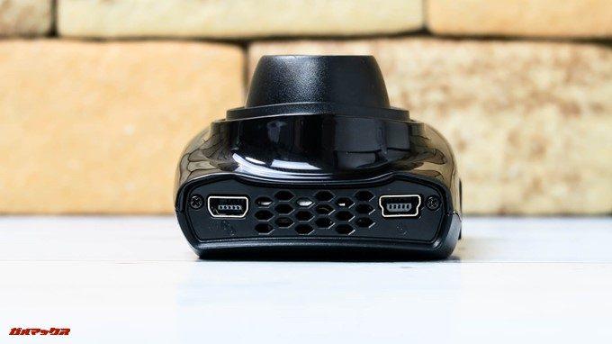 GoSafe S36G1の側面にはバックカメラ用の端子と電源端子が備わっています。エアーダクトも備わっており熱対策も万全です。