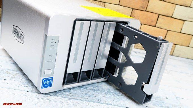 TerraMaster F4-220のHDDスロットは工具不要で取り出し可能となっていました。