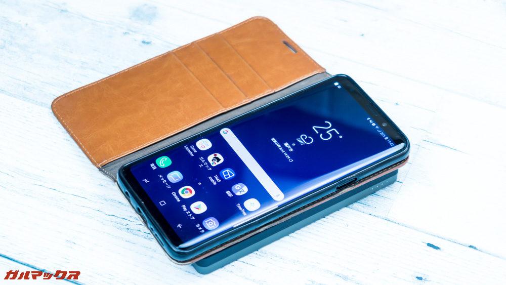ワイヤレス充電対応モバイルバッテリー[meji]はケースを着けたままでも充電可能でした。但し、一部のケースでは充電できない場合もあります。