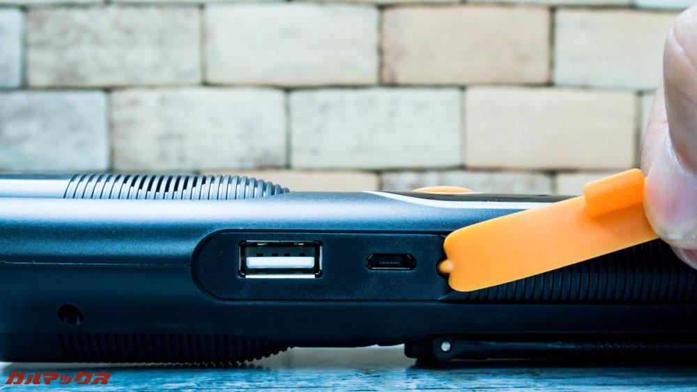 防災ラジオライト進化版はUSBポートと本体充電用のMicroUSB端子が備わっています。