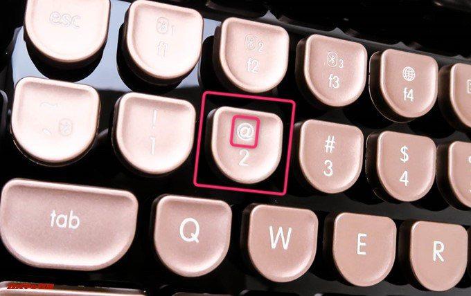 Rymek Bluetoothメカニカルキーボードは2に@マークが印字されています。