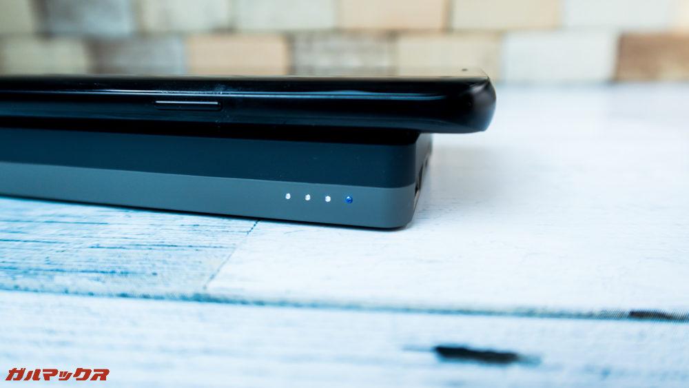 ワイヤレス充電対応モバイルバッテリー[meji]はワイヤレス充電時にLEDがブルーに光ります。