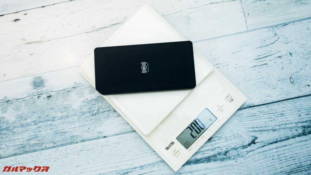 ワイヤレス充電対応モバイルバッテリー[meji]の重量は200gです。