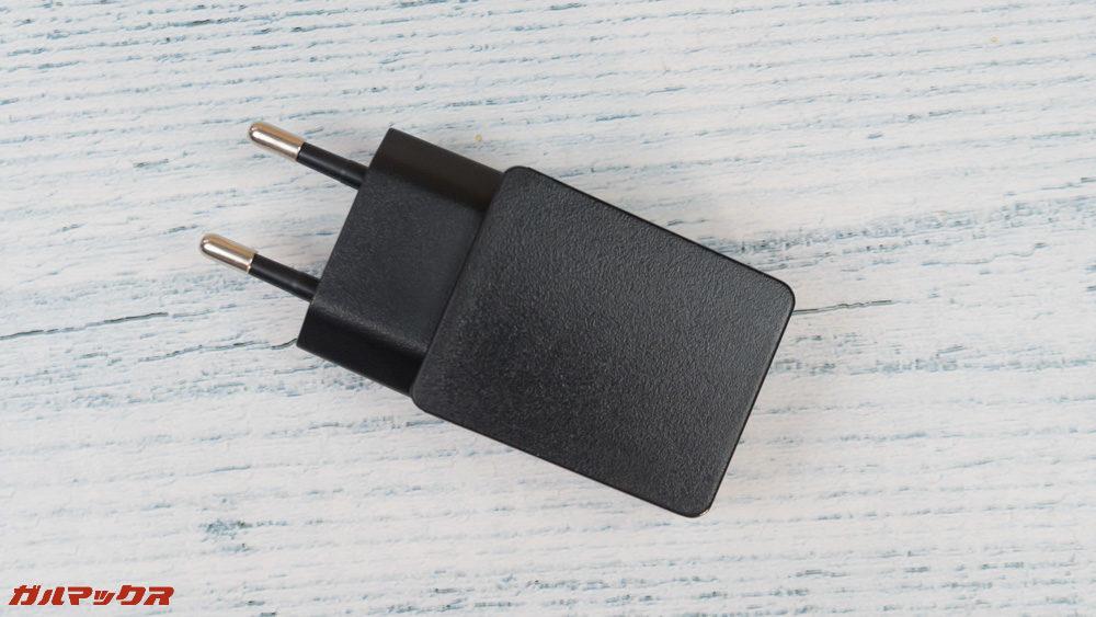 CHUWI Hi9 Proの充電器は日本のコンセントに挿せないタイプです。