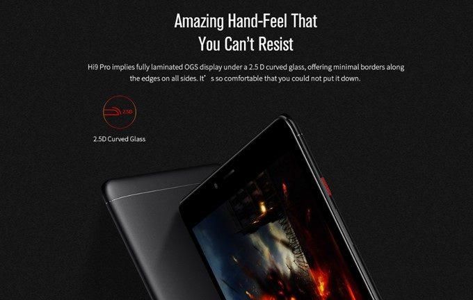 CHUWI Hi9 Proのディスプレイは丸みをおびた2.5Dガラスを採用しているので画面端からのスワイプの指あたりが良い