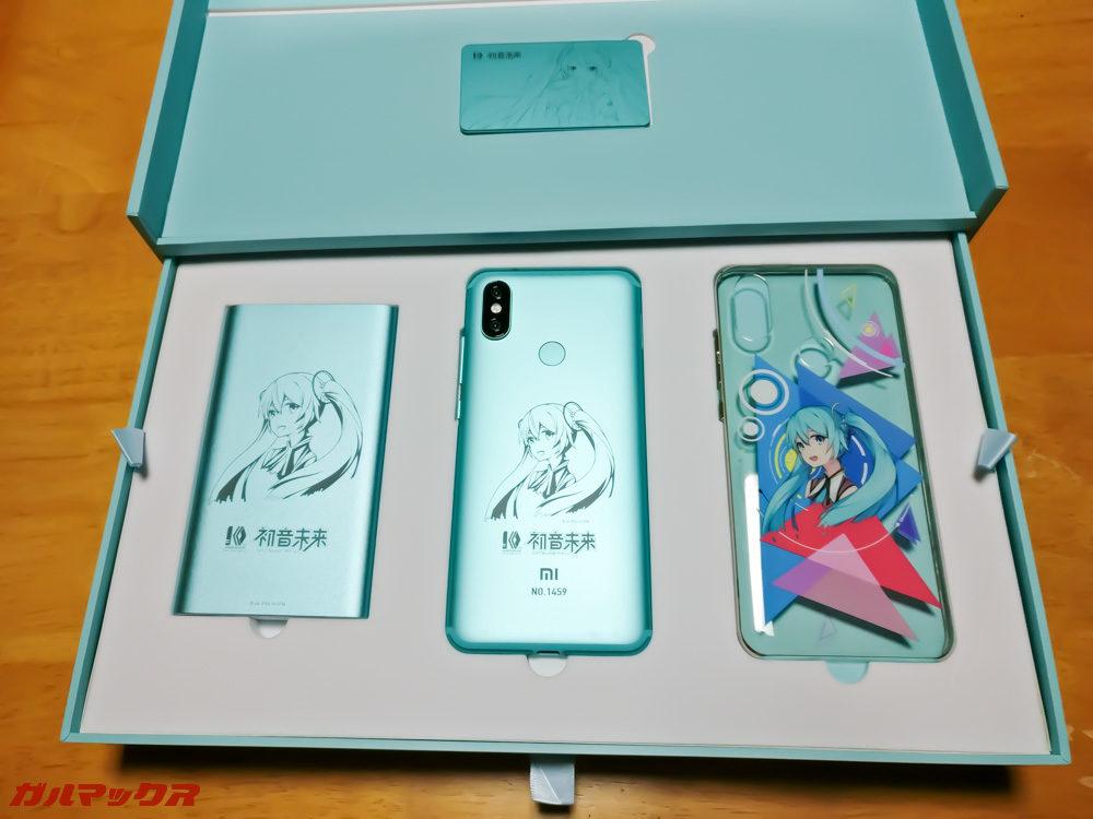 モバイルバッテリー、6X本体、オリジナルケースの3つがお出迎え