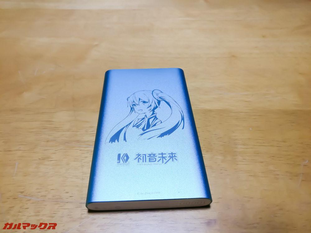 モバイルバッテリーにも目を引くイラストが刻印されています