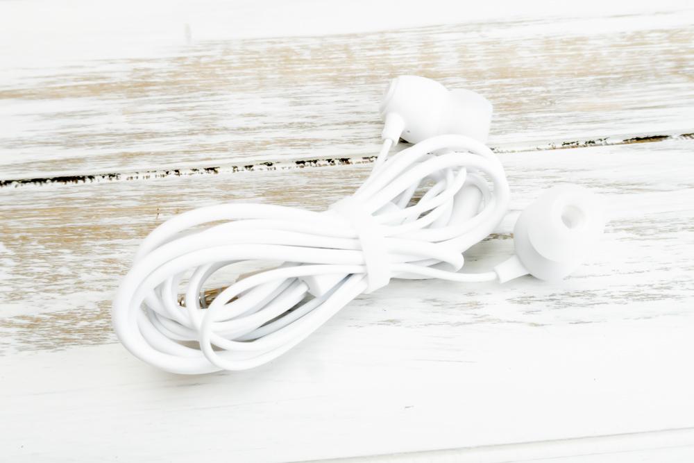 ZenFone Max M1にはイヤホンが付属していました。カナル型ですがイヤーピースは付属していません。