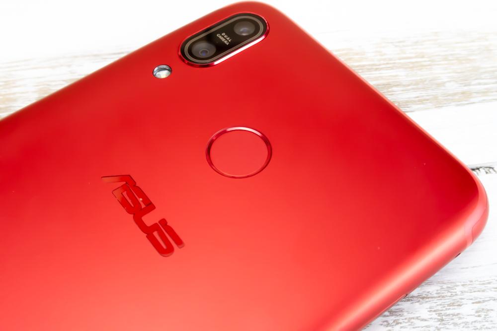 ZenFone Max M1の背面には指紋認証ユニットが備わっています。