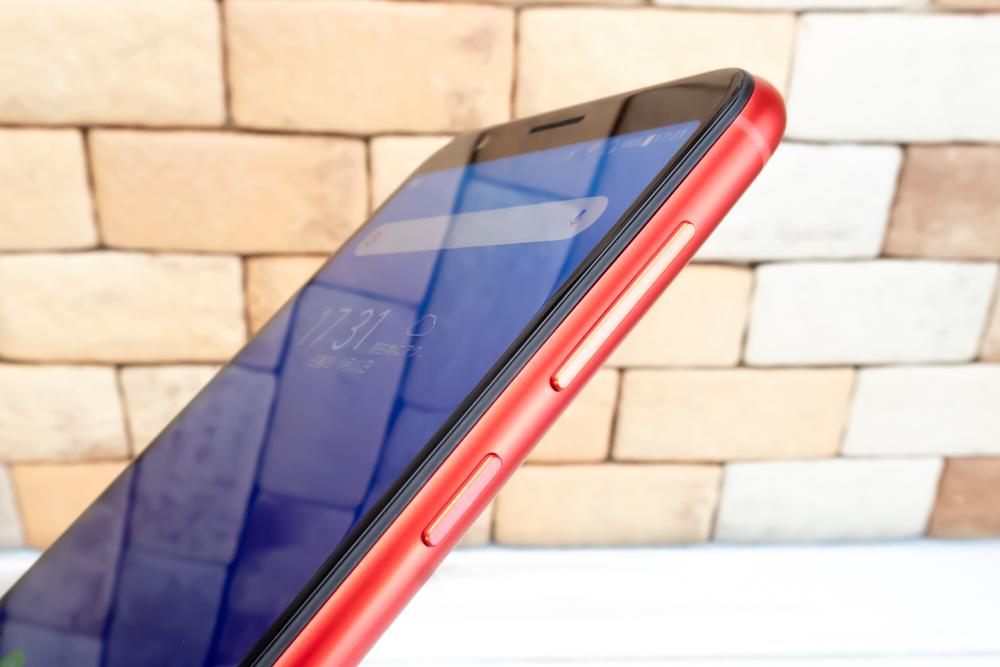 ZenFone Max M1の電源ボタンやボリュームボタンは一般的な配置でディスプレイ右側に備わっていました。