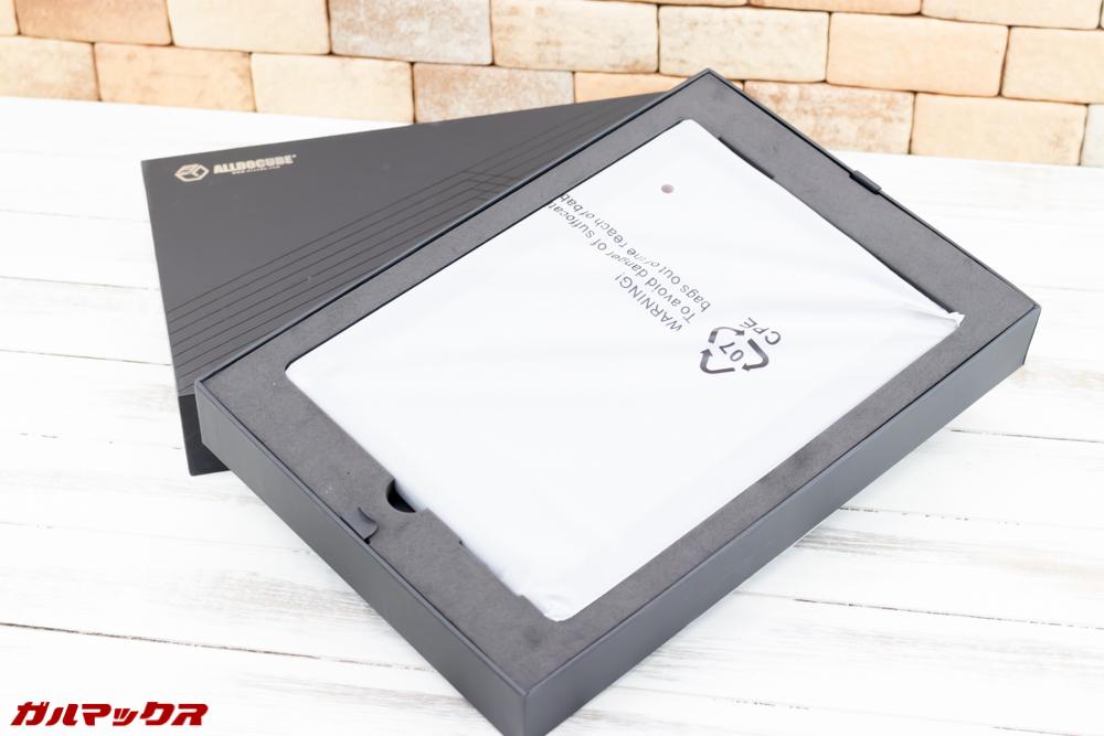 ALLDOCUBE M5Sの外箱は蓋をあけるといきなり本体が入っているので落とさないように注意!