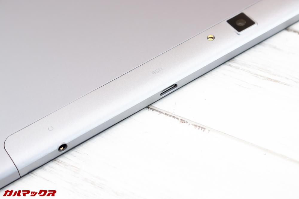ALLDOCUBE M5Sは本体の上部にイヤホン端子とMicroUSBケーブルが付属しています!