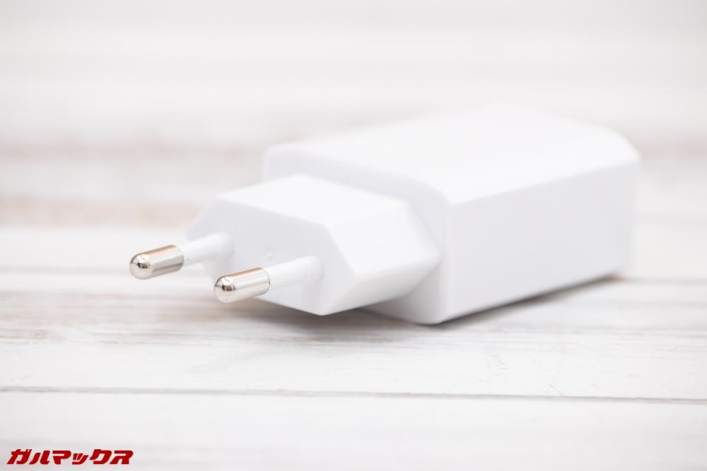 ALLDOCUBE M5Sの充電器は日本のコンセントに直接差し込めない形状です。