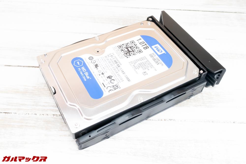 HDDを搭載したら固定用パーツを元に戻します。