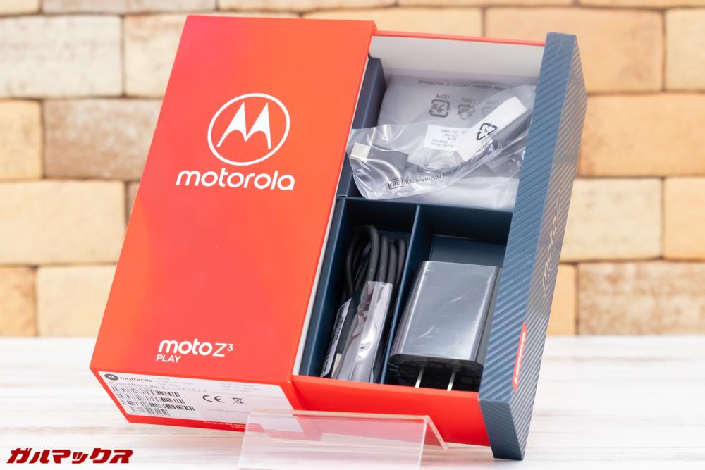 Moto Z3 Playの外箱の下部にはアクセサリーがたくさん入っていました。