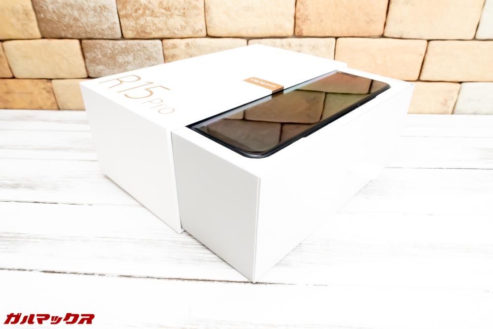 OPPO R15 Proは引き出しタイプの外箱です。
