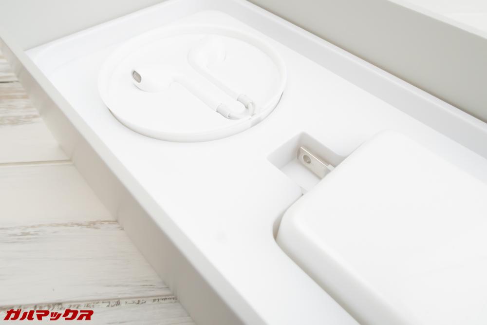 OPPO R15 Proのボックス下部にはアクセサリーボックスが入ってます
