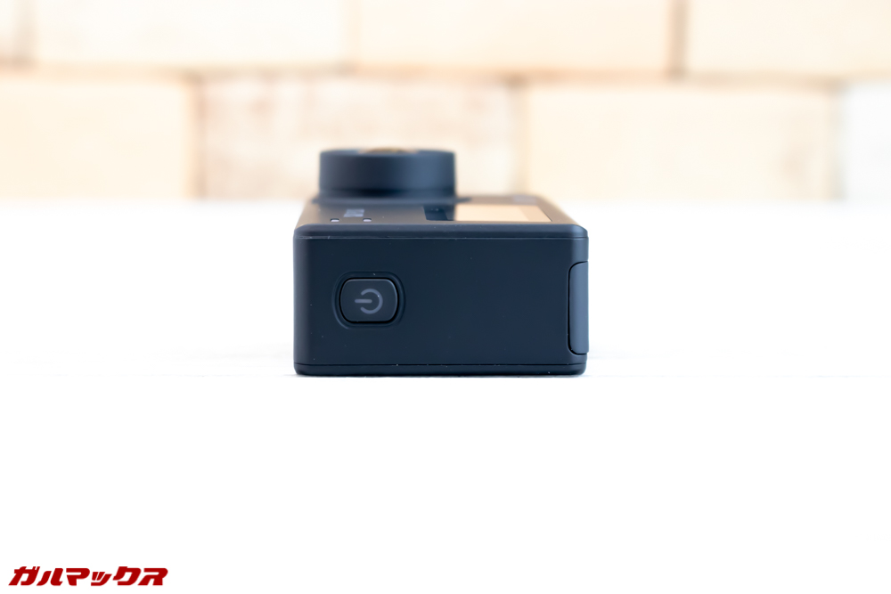 SJ8 PLUSの本体右側面に電源ボタン