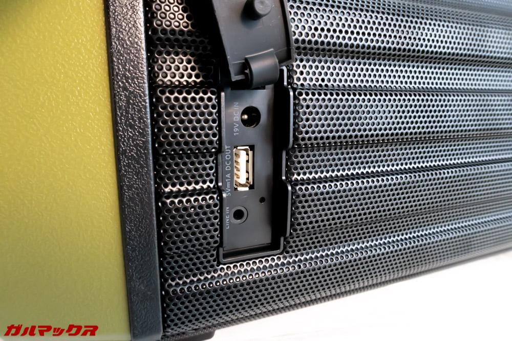 Tremorの背面ポートのキャップを開けると充電ポート、USBポート、イヤホンポートが備わっております。
