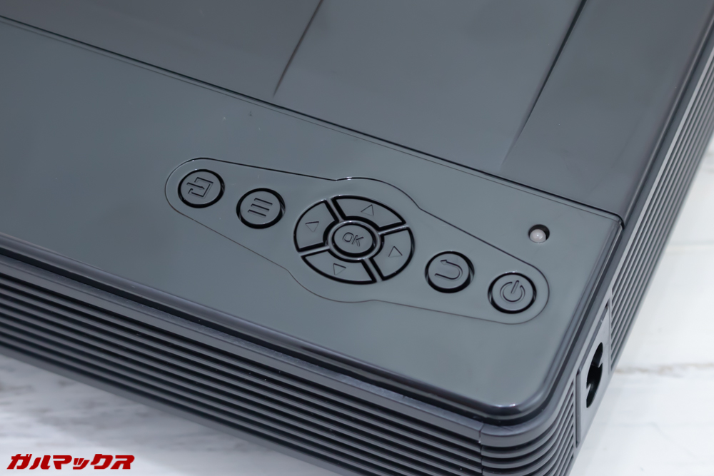 Vemico製プロジェクターは本体にも操作パネルが備わっていました。
