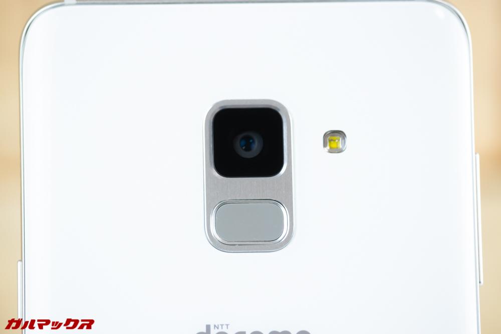 Galaxy Feel2(SC-02L)の背面には上部にカメラと指紋認証ユニットが縦並び。